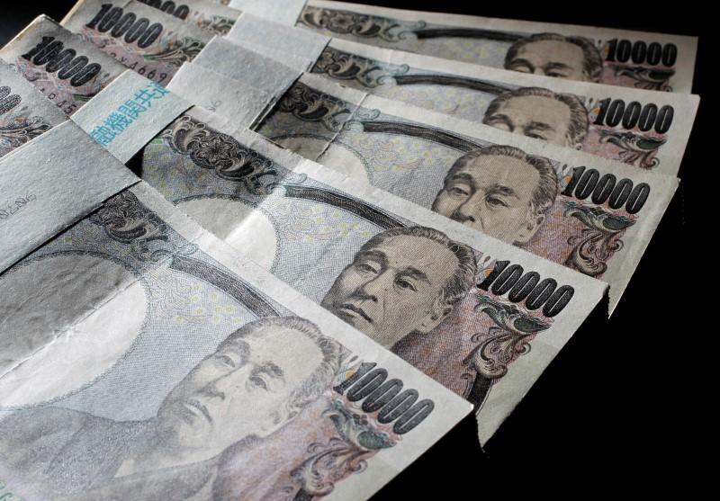 © Reuters. Yen holds stronger