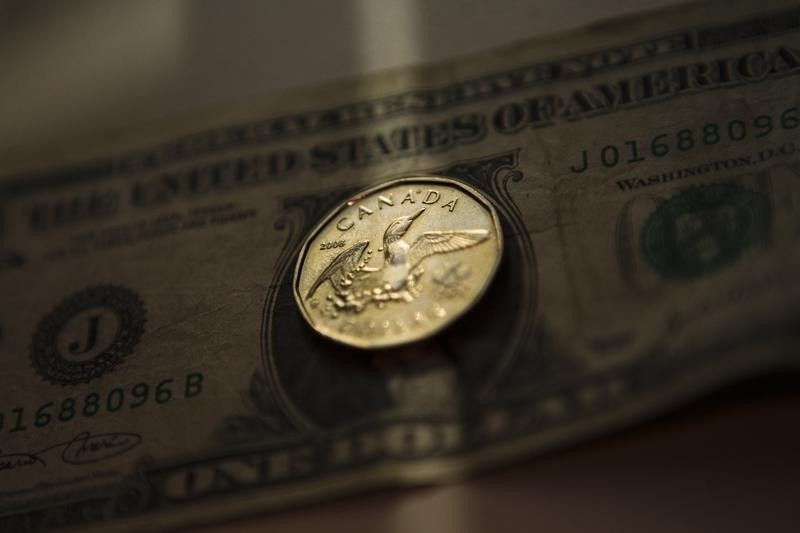 © Reuters. Greenback loses ground vs. loonie on higher oil prices