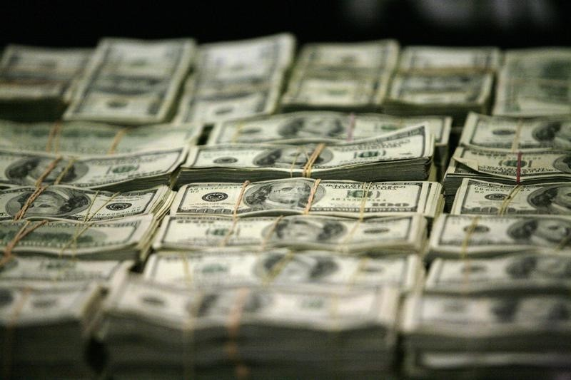 © Reuters. Dollar edges moderately higher against other majors