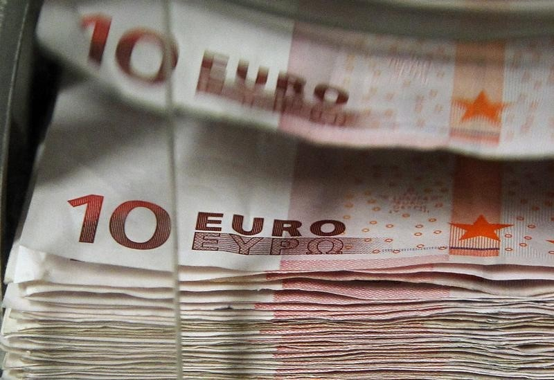 © Reuters. Euro hits days lows after sharp slowdown in euro area private sector output this month