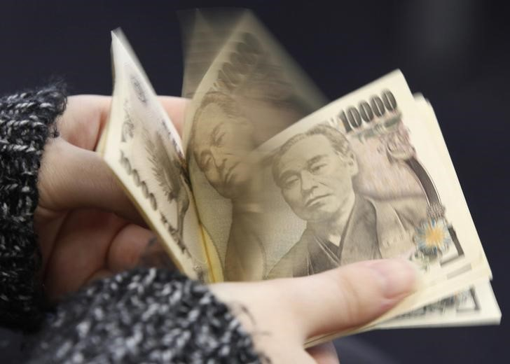 © Reuters. Yen gains ahead of CPI
