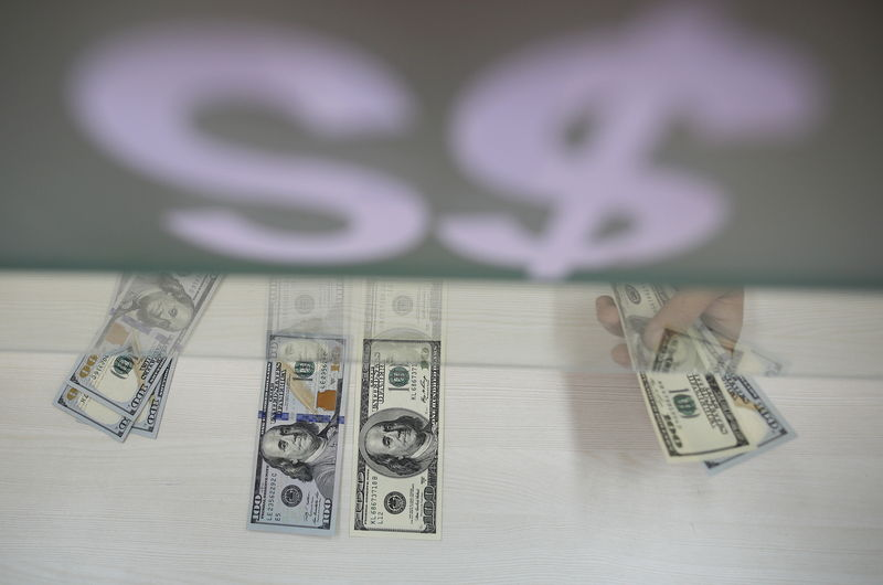 © Reuters. Dollar moves higher against yen, euro on Fed rate hike view