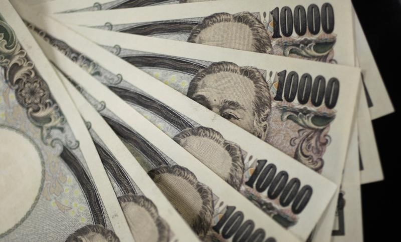© Reuters. Yen up, Fed minutes suggest rate hike soon