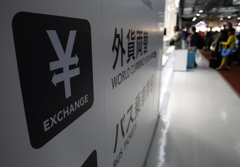 © Reuters. Dollar moves higher against weaker yen as Japan reiterates intervention warning