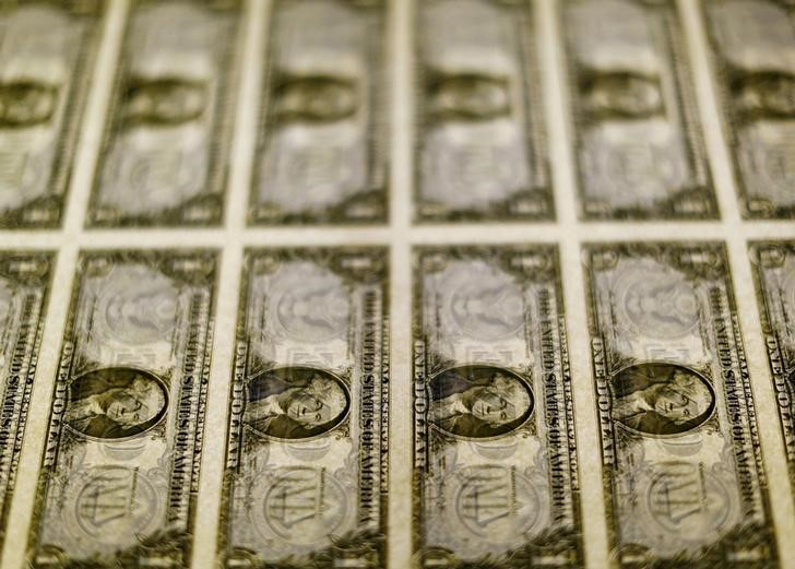 © Reuters. U.S. dollar bills are seen on a light table at the Bureau of Engraving and Printing in Washington
