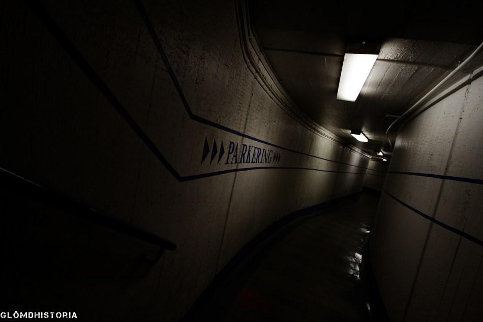 Hiss finns tillgängligt för att ta sig upp och ner i berget. Här är den korridor som leder in till en utav stötvågstunnlarna på översta planet.