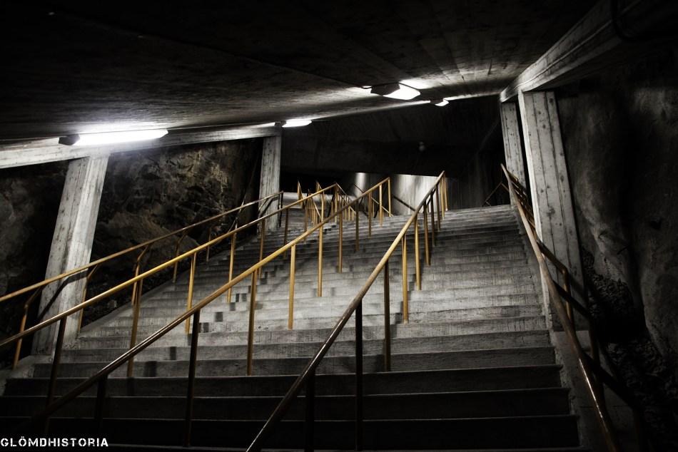 Evakueringstrapporna till understa våningen. Över denna går en trappa som leder in i översta våningen.