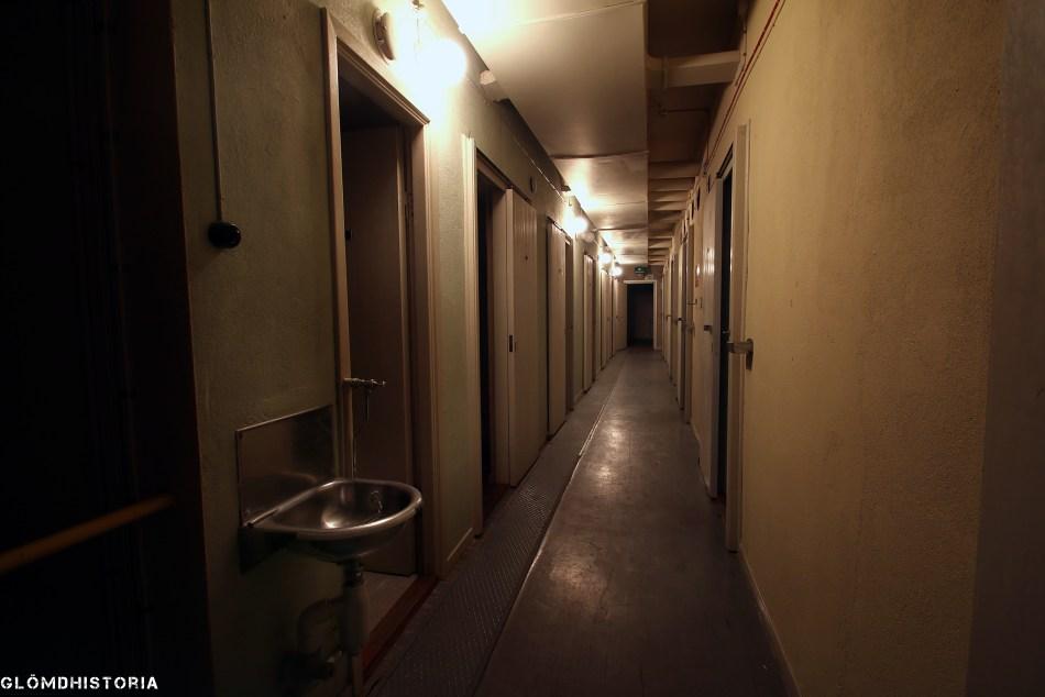 Väl inne i stabsdelen finns ett stort antal rum i varierande storlek där olika jobb skulle utföras i krigstid. Logement ,matsal och hygienutrymmen finns givetvis då personalen ska kunna bo här under en längre tid.