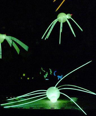 Cool-Glow-Stick-Ideas-GLow-Stick-Spiders-19