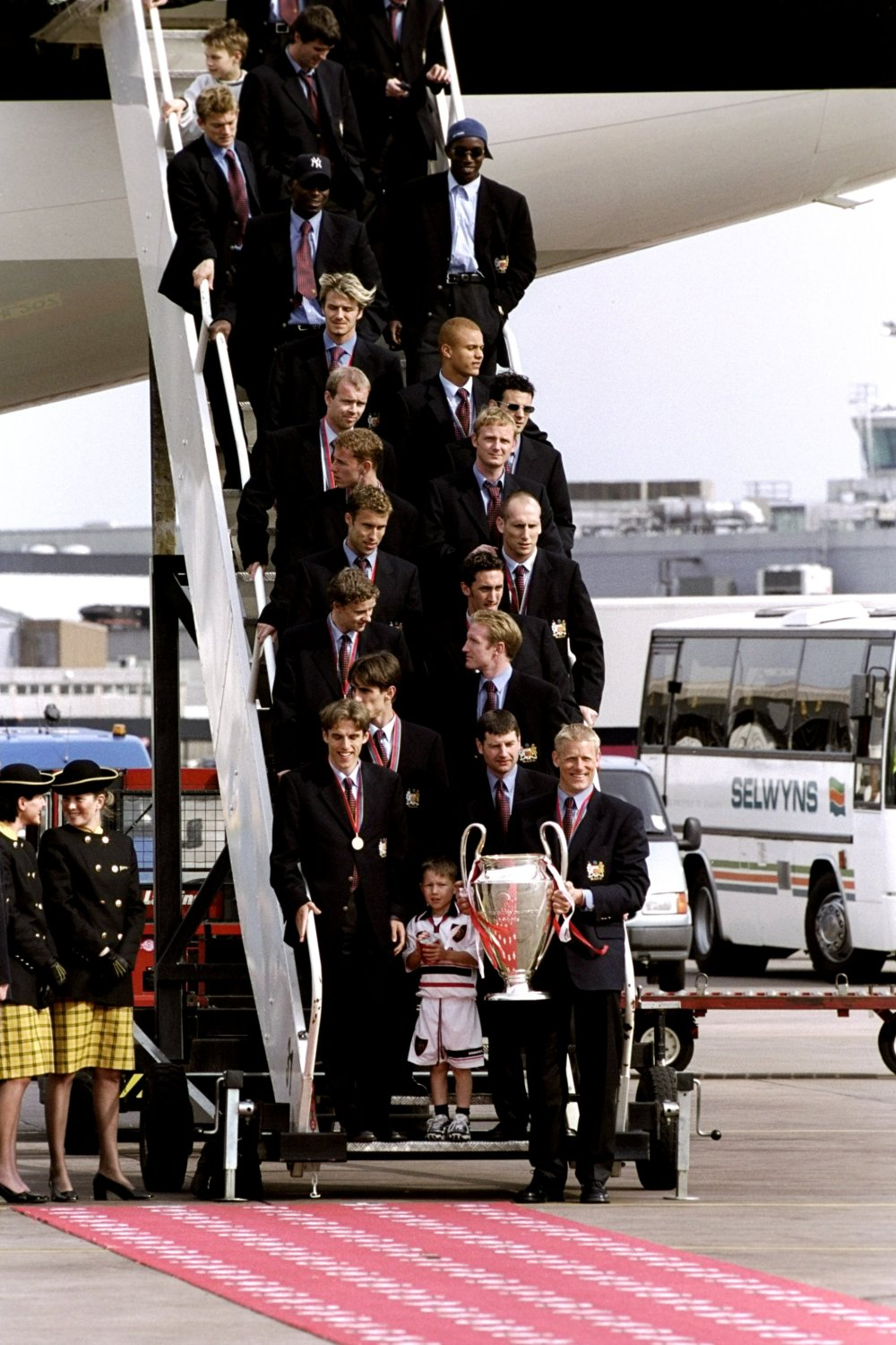 27 May 1999: Manchester United return home with the European Cup after victory in the UEFA Champions League final over Bayern Munich. Pic: Dave Tyrell Mandatory Credit: Allsport UK /Allsport