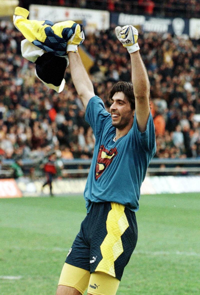 """Il portiere del Parma, Gianluigi Buffon, mostra a fine partita la maglia da """"Superman"""" ai tifosi della curva. Buffon ha dato la svolta alla partita parando un rigore a Ronaldo. ANSA/ BENVENUTI-PARENTI"""