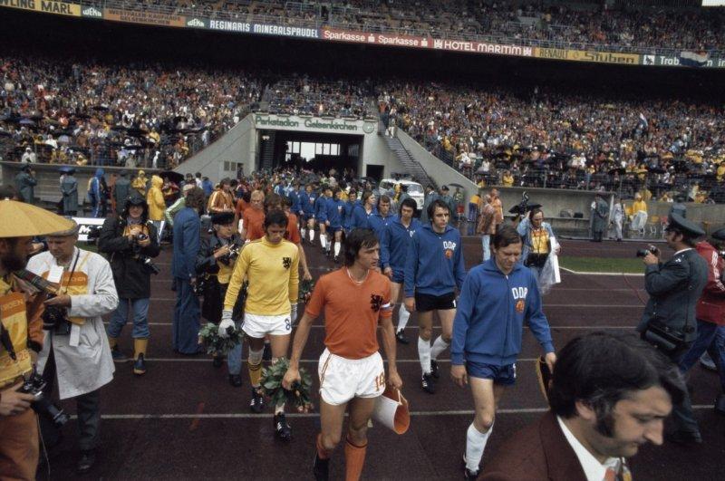 Wereldkampioenschap_voetbal_1974_in_Munchen,_Nederland_tegen_DDR,_2-0;_elftallen_komen_het_veld_op