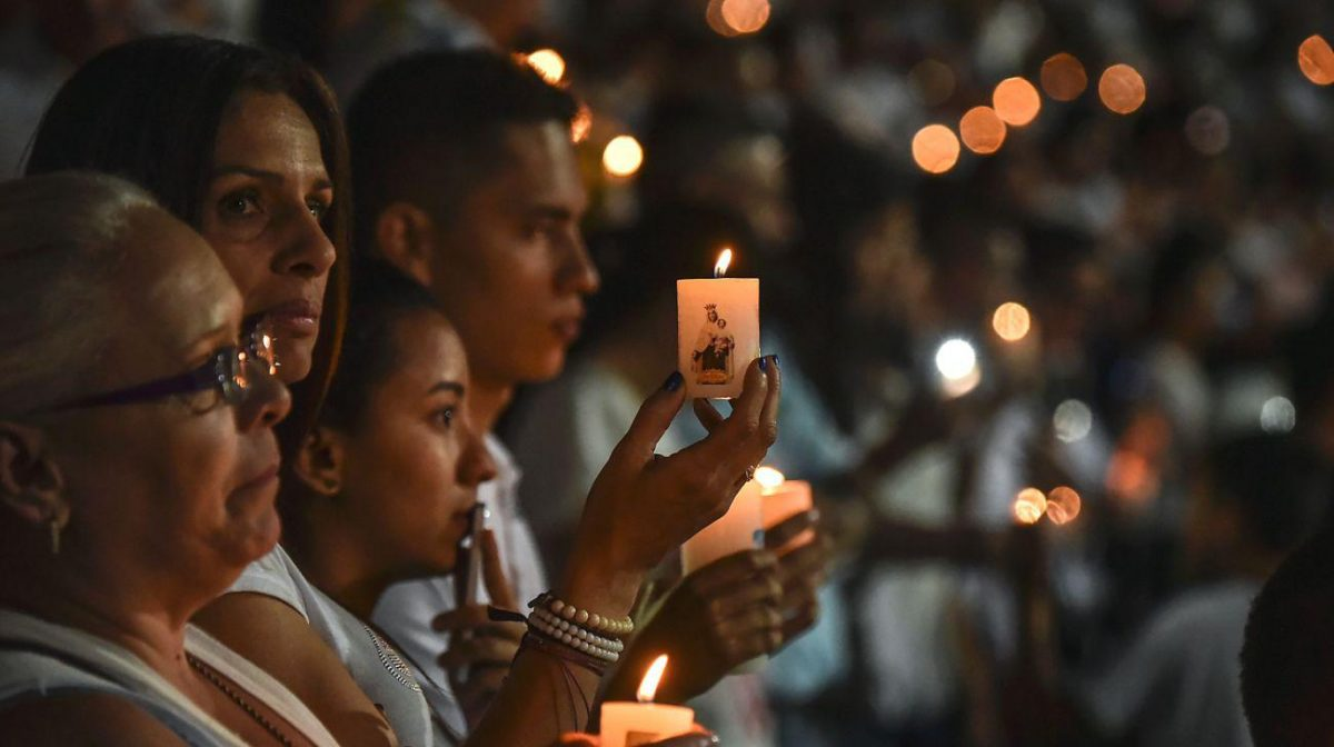 People participate in a tribute to the players of Brazilian team Chapecoense Real killed in a plane crash in the Colombian mountains. [ File Photo: AFP / Daily Star ]
