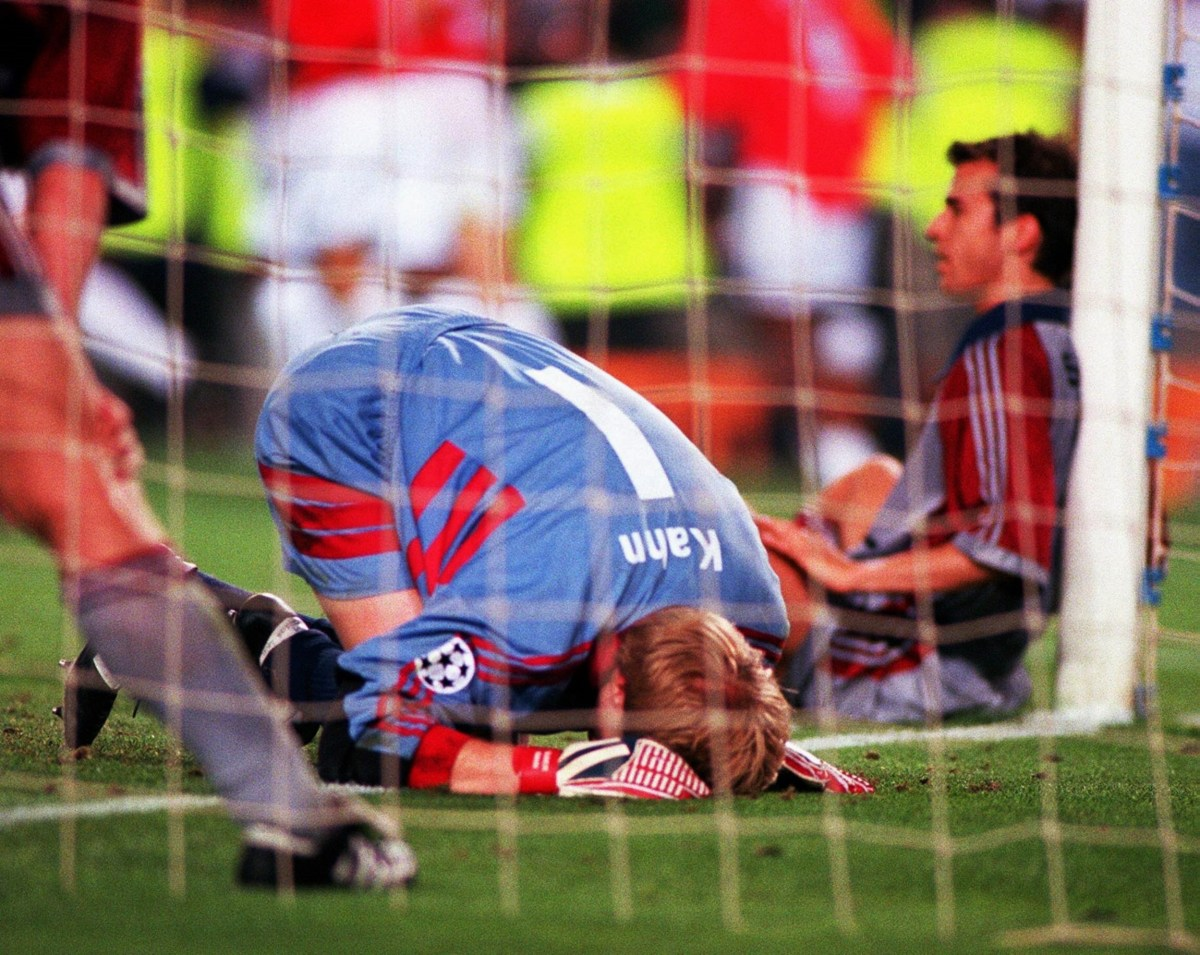 Bildnummer: 09291445 Datum: 26.05.1999 Copyright: imago/Colorsport A dejected Oliver Kahn (Bayern Munich) after Manchester United clinch victory. Manchester United v Bayern Munich, 26/05/1999. Champions League Final. Football 1998/9. PUBLICATIONxNOTxINxUK ; Fussball Herren EC 1 Champions League 1998 1999 Barcelona ManU xmk 1999 quer Image number 09291445 date 26 05 1999 Copyright imago Color Sports A dejected Oliver Kahn Bavaria Munich After Manchester United Clinch Victory Manchester United v Bavaria Munich 26 05 1999 Champions League Final Football 1998 9 PUBLICATIONxNOTxINxUK Football men EC 1 Champions League 1998 1999 Barcelona ManU xmk 1999 horizontal