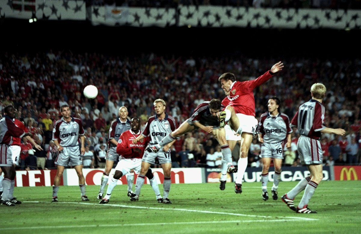 26th May 1999: Teddy Sheringham of Manchester United heads goalwards during the UEFA Champions League Final against Bayern Munich at the Nou Camp in Barcelona, Spain. Sheringham scored the equaliser as United won 2-1. Mandatory Credit: Ben Radford /Allsport