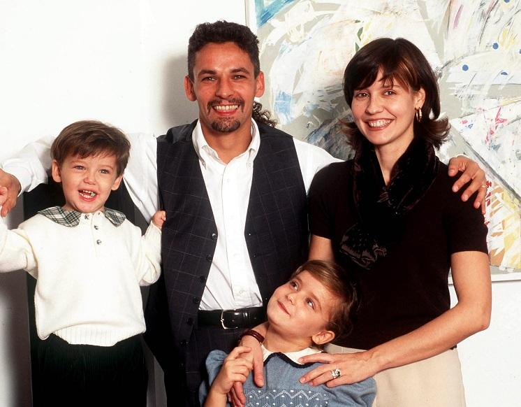 Roberto BAGGIO avec sa compagne Mogolie et leurs enfants - attitude pose studio - largeur portrait - couple famille magazine