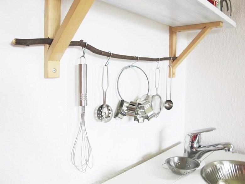 diy-selbstgebaute-kinderkueche-mit-anleitung-upcycling-minimalistisch-wohnzimmertauglich-wohnzimmertauglich-reling-goingweird-de