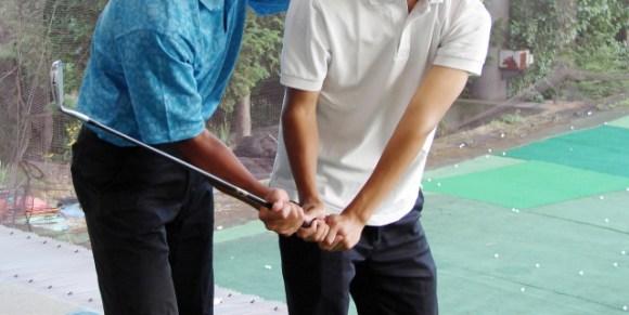 プロゴルファーの様に左腕の肘を曲げずにクラブを振るには