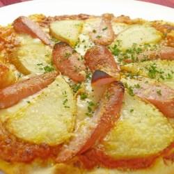 ソーセージとジャガ芋のピザ