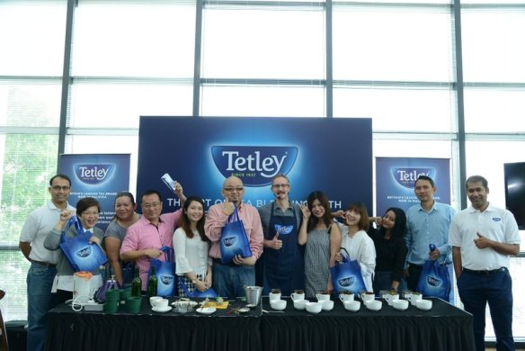 Group shot of fellow bloggers with Sebatian Michaelis Tetley Tea Mater and Rajat Kumar (right) and Madhukar Subramaniam (left) from TATA Global Beverages