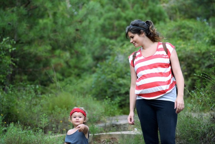 hiking-pregnant