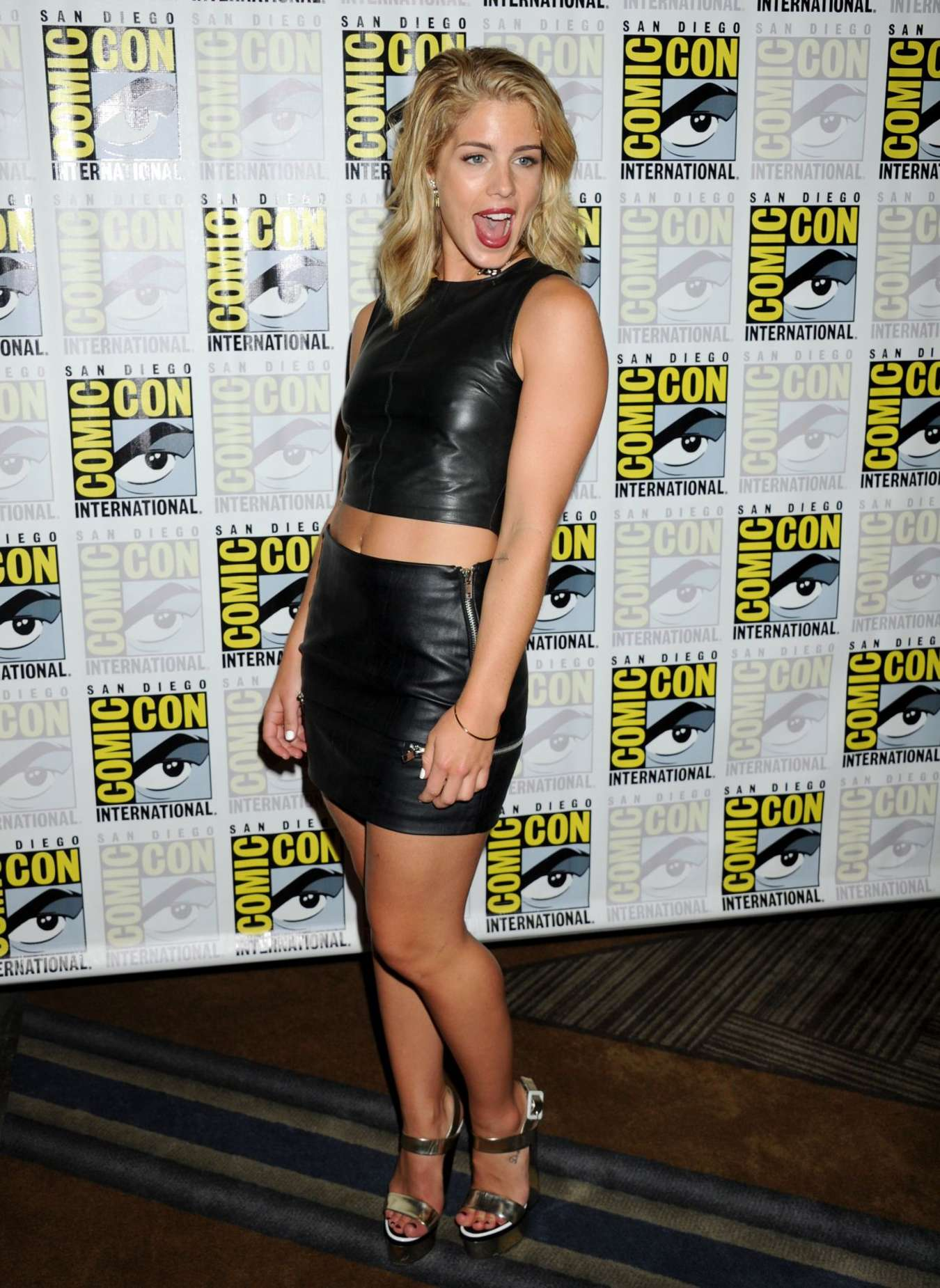 Bett Comic Emily Bett Rickards Arrow Press Line At Comic Con 02 Gotceleb