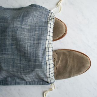 This drawstring shoe bag tutorial by The Purl Bee is a practical yet simple project for the world travelers on your list. -Sewtorial