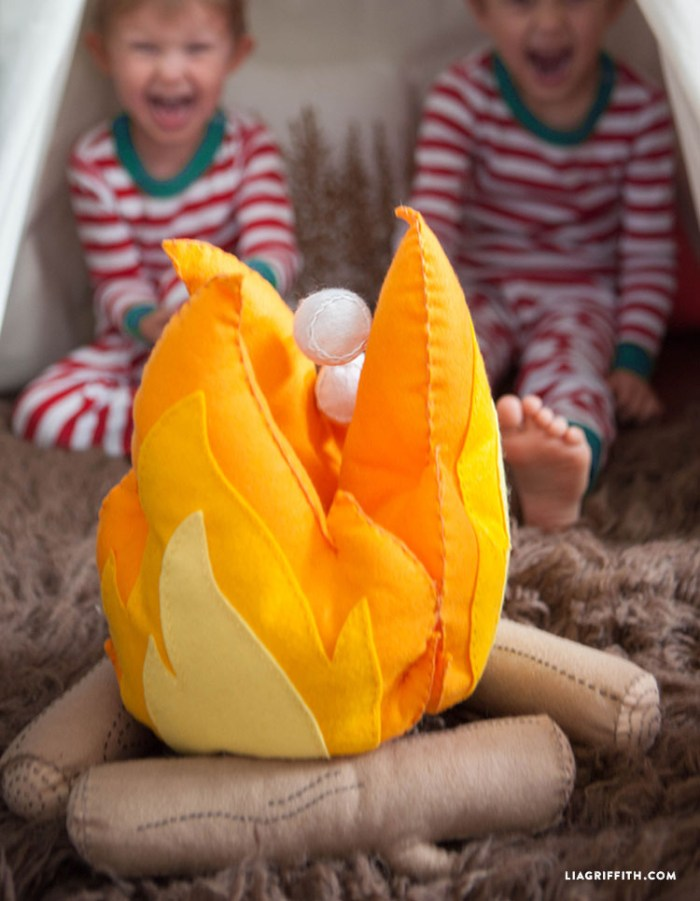 Cuteness overload! Create a felt mini fire and log set for your indoor little campers. This fun campfire playset tutorial by Lia Griffith even includes felt marshmallows and S'mores. Adorable!