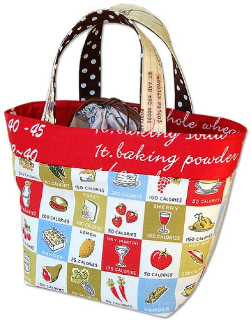 Handmade lunch bags are a great way to personalize your lunchtime experience. This fat quarter lunch bag by Pink Penguin does not disappoint. -Sewtorial