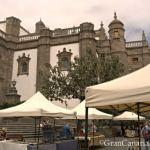 The Catedral de Santa Ana looms over the Mercado de Artesanía y Cultura de Vegueta