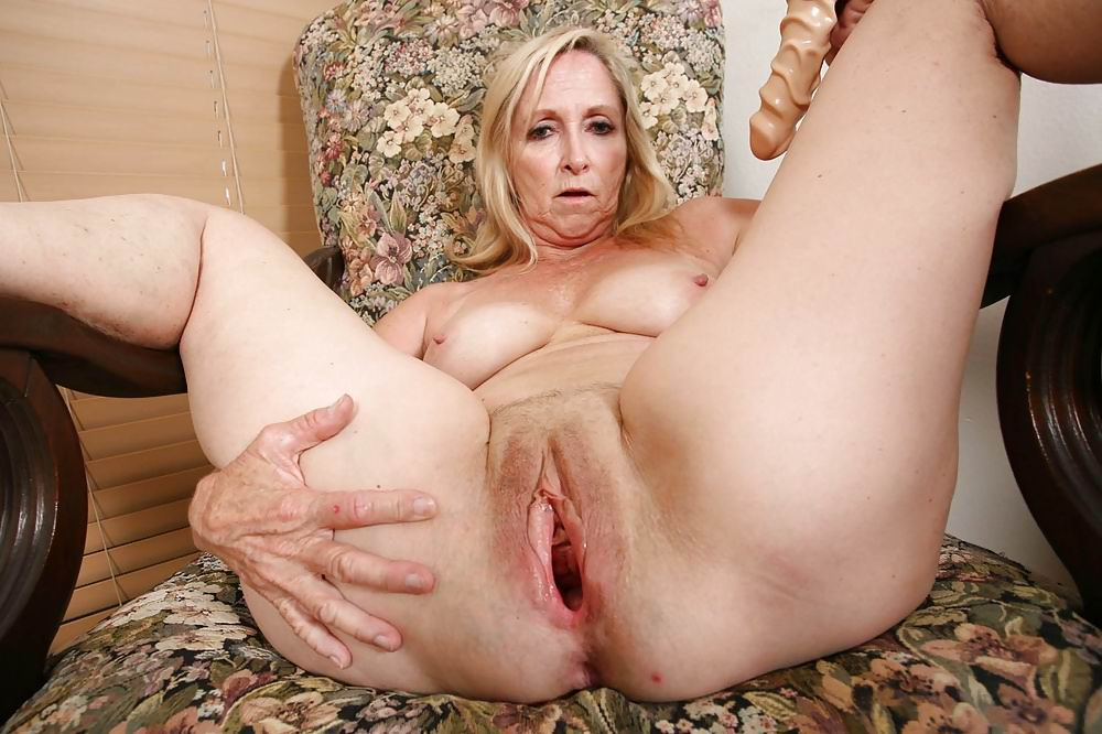 daughter eat out mom pussy