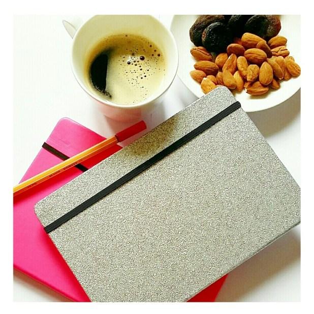 Calorieboekjes en een afin caloriën gepaste snack, met zwarte koffie.