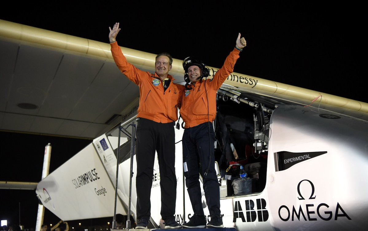 """طائرة """"سولار إمبالس 2"""" تحط في أبو ظبي وتنهي رحلة تاريخية حول العالم من دون قطرة وقود"""