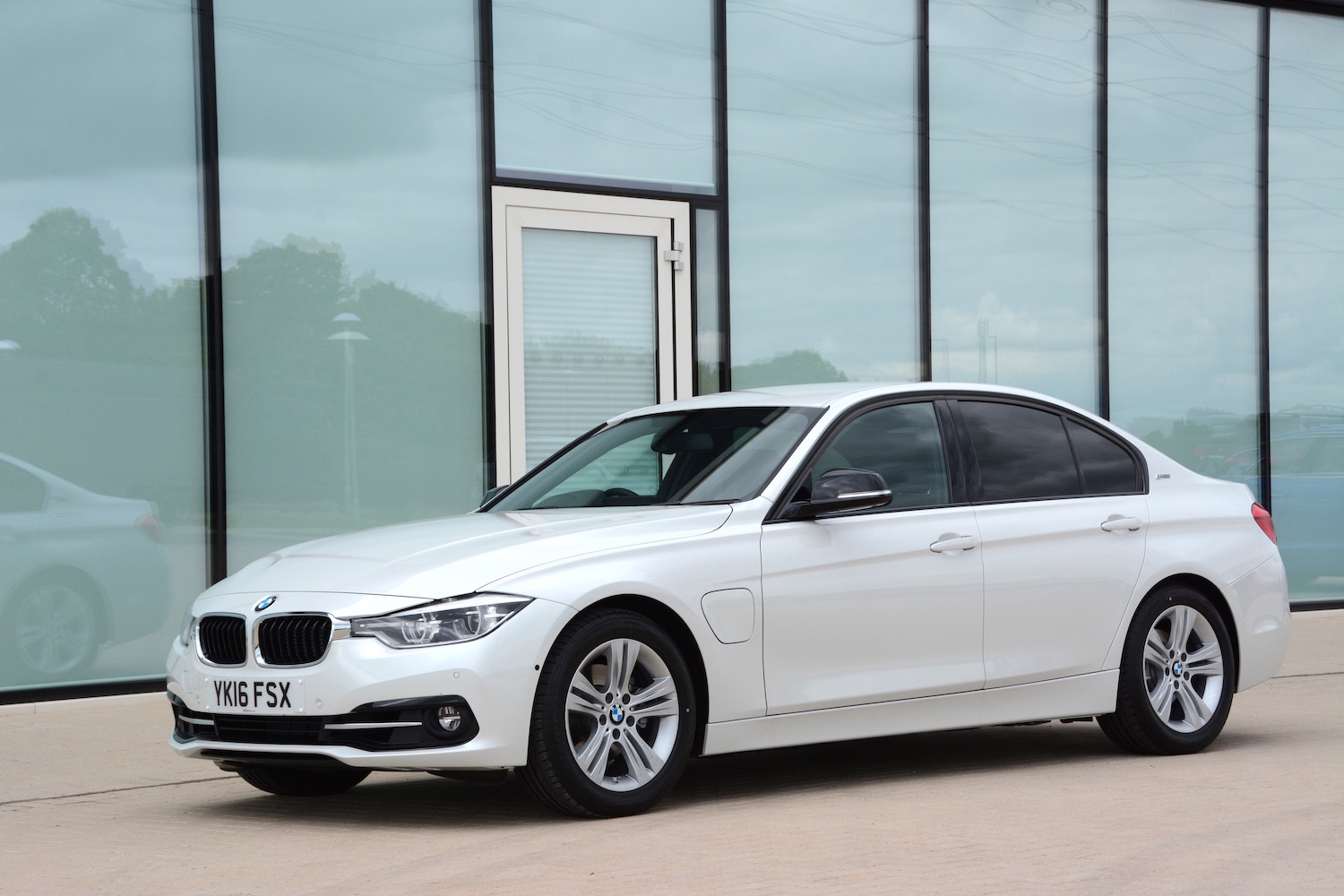 Bmw 330e Review Uk Bmw 330e Saloon Review Greencarguide Co Uk