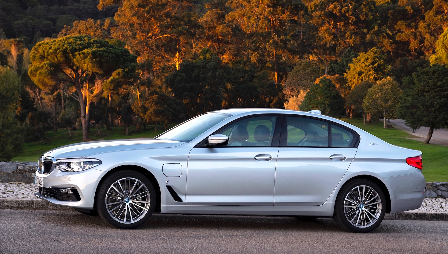 Bmw Salon Bmw 530e Iperformance Saloon Greencarguide Co Uk