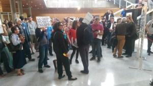 Habitants et employés empêchés de pénétrer dans la salle du conseil.