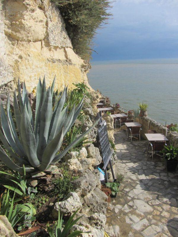 Terrasse de la crêperie aux Grottes de Matata