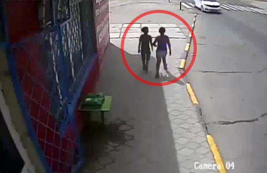 【衝撃映像】仲良く歩く子供二人・・・同時に轢かれ即死・・・※閲覧注意