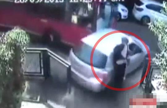 【死亡事故】監視カメラに映るバスに擦り潰された男性