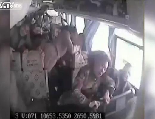 【衝撃映像】事故を起こしたバスの内部映像・・・みんな浮いてる!?