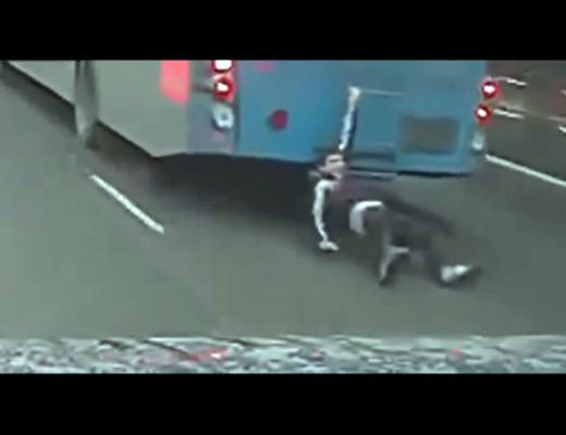 【衝撃映像】なぜかバスに引き摺られ続けてる少年が発見される