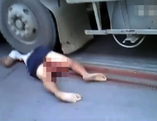 【グロ動画】車の下敷きになった女性・・・マ○コから内臓が飛び出す・・・