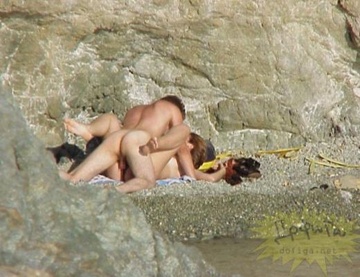 【実録盗撮】 夏のビーチ、死角になってる物陰でセックスしてるカップルがいたんだが…
