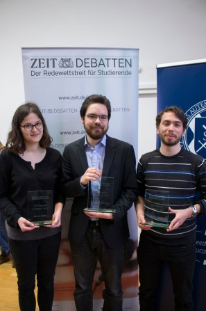 Die drei Sieger des langen und anstrengend Wettstreits, stolz mit ihren Preisen.