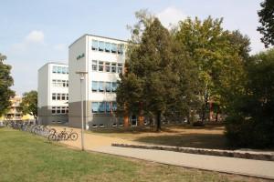 Blick vom Schulhof auf Haus A