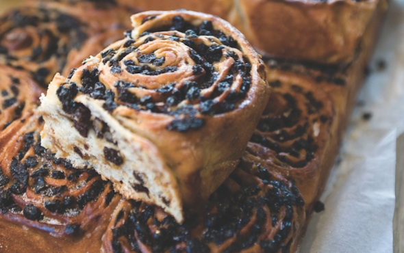 Chelsea Buns (British Cinnamon Rolls With Raisins) Recipes ...