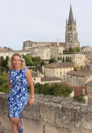 I min drueblå kjole med joggesko, klar for å innta vinmarker og brostein i Bordeaux. Her fra Saint-Emilion, med utsikt til den monolittiske UNESCO-fredede kirken