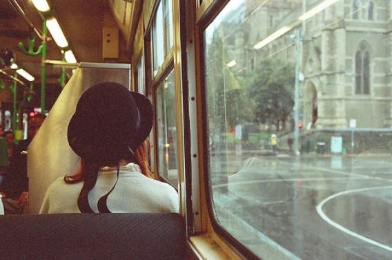 chica-autobus-ansiedad-del-camaleon