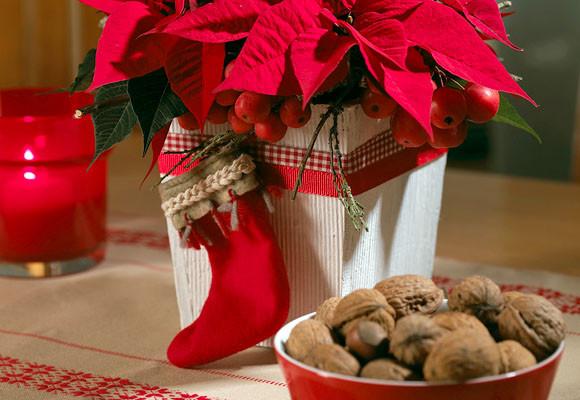macetero de MDF decorado con boto navidea y cintas de color rojo