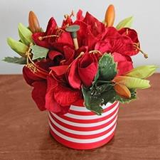 Maceta decorada con lindo estampado a rayas rojo y blanco.